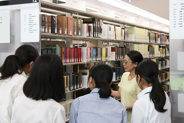 説明をする図書館職員の胡内さん