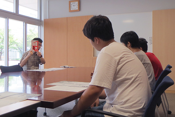 『俗語入門』を紹介する新野先生と明星学園中学の生徒さんと先生