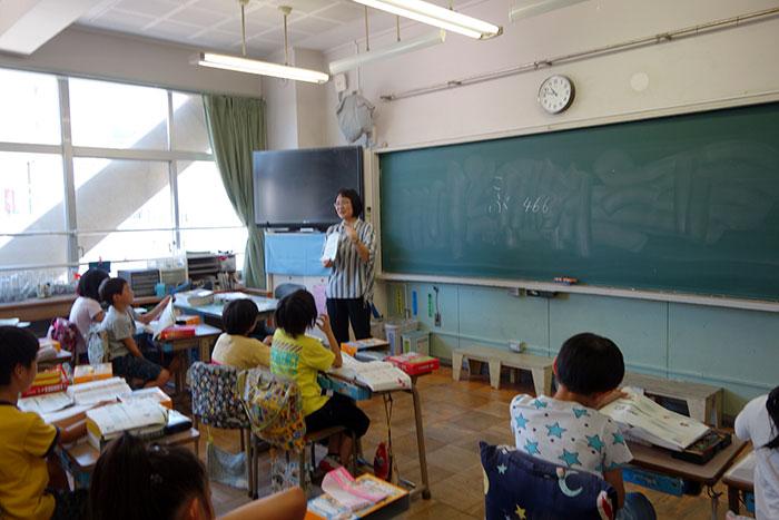 辞書の説明をする柏野和佳子先生