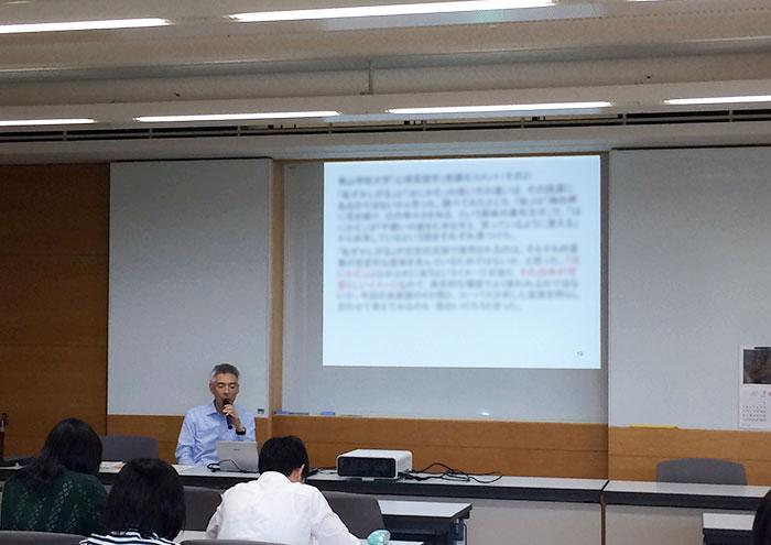 大学生による分析コメントがスライドに映っている