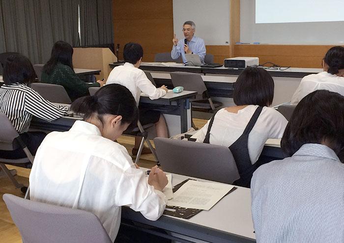 教室で講義を受ける生徒