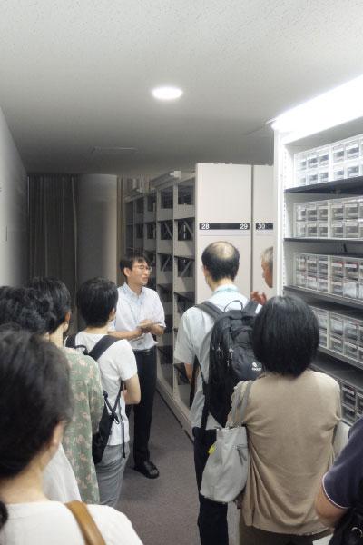 メディア保管庫の資料を説明する高田智和 准教授