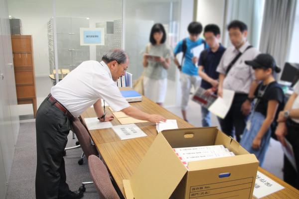 鶴岡調査の資料を説明する前川先生