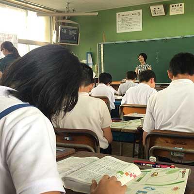 教室で辞書を引く児童