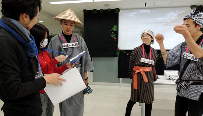 質問に答える新永悠人先生と,参加者を応援する中川奈津子先生,山田真寛先生